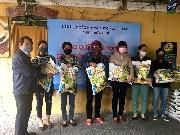 Văn nghệ sĩ Thừa Thiên Huế trao tặng gạo cho bà con khó khăn