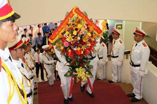 """Dâng hoa lên Chủ tịch Hồ Chí Minh và Khai mạc triển lãm """"Họ Hồ ở miền Tây Thừa Thiên Huế - Lịch sử và Nhân chứng"""""""