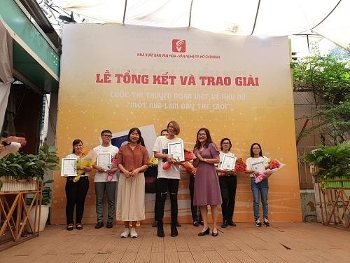 Nhà văn Nguyễn Ngọc Tư trao giải cuộc thi truyện ngắn về phụ nữ